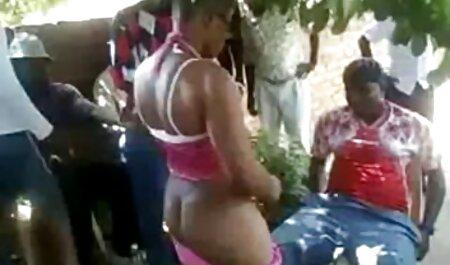 المرأة على الأريكة الصب في وكالة الاباحية. افلام جنس xxx